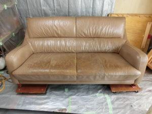 ソファーの座面もきれいに修理できます。